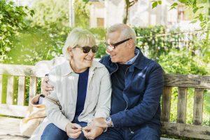 Man och kvinna på parkbänk