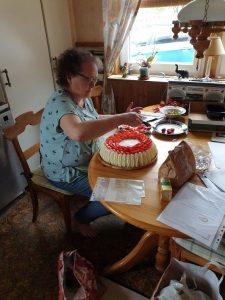 Britt bakar tårta