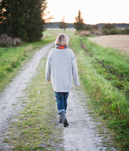 Kvinna på grusväg