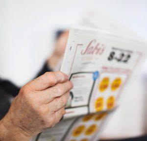 Läser tidning