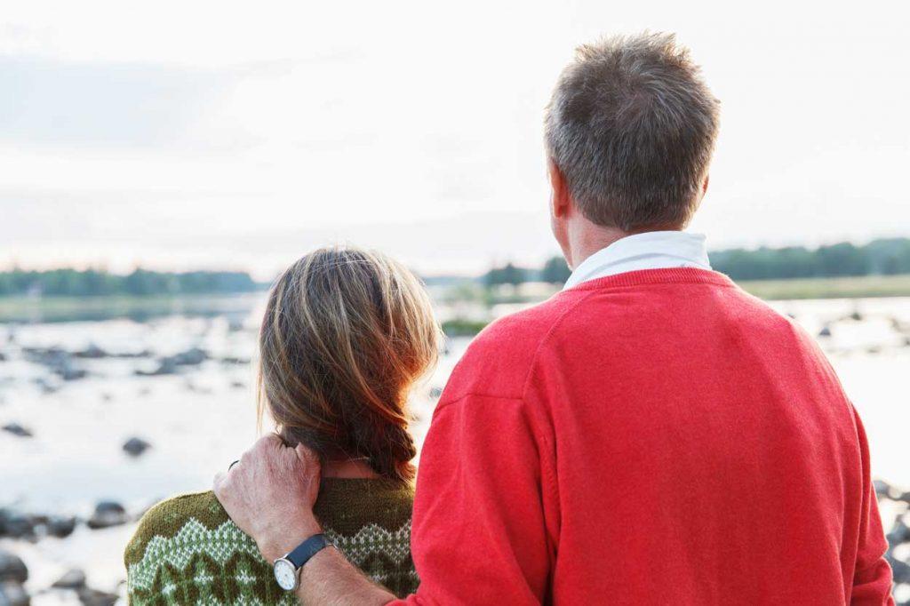 Man och kvinna vid hav