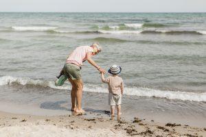 Mormor och barnbarn på strand