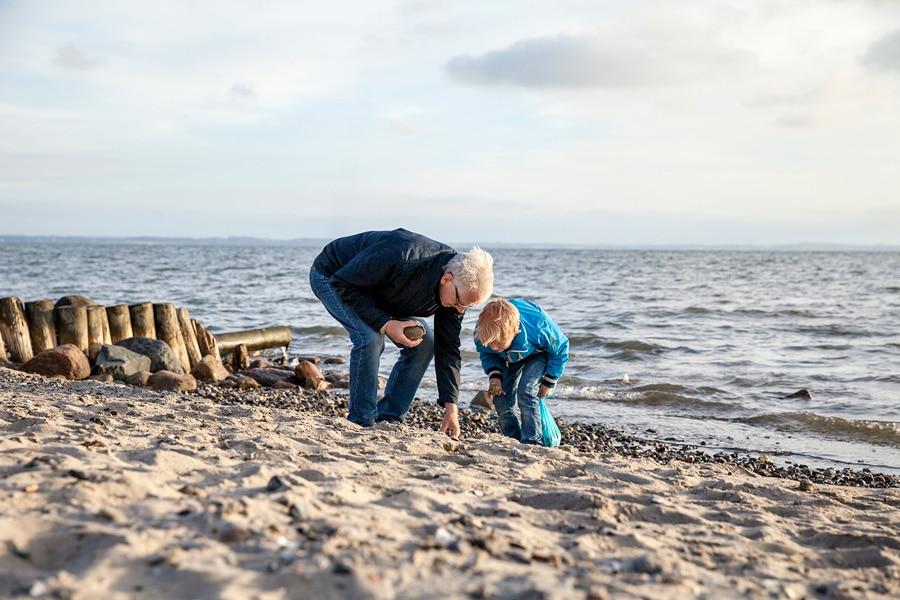 Man och pojke på strand