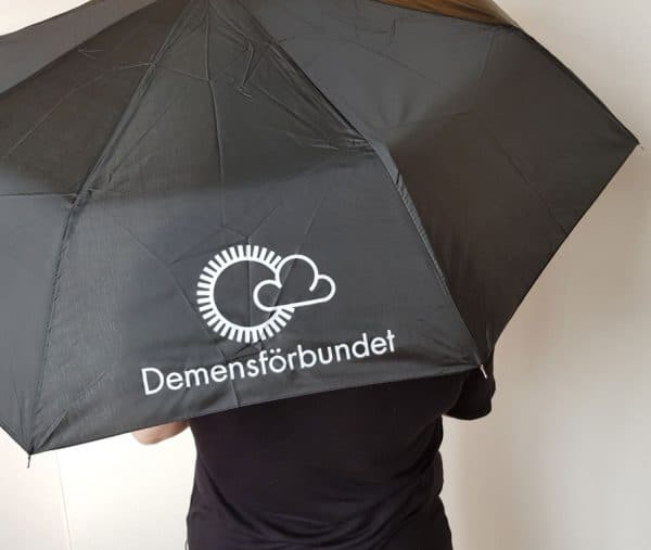 Svart paraply med vit logotyp
